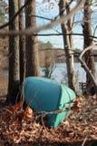Canoë par un lac Photographie stock libre de droits