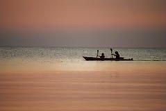 Canoë sur le lac au coucher du soleil Images stock