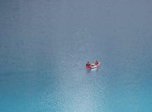 Canoë sur le lac de moraine Photographie stock