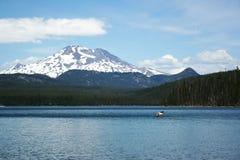 Canoë sur le lac elk en montagnes Photo stock
