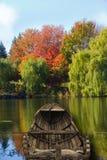 Canoë sur le lac pendant la chute Image stock