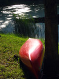 Canoë sur un étang Photos libres de droits