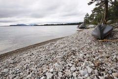 Canoë sur un lac en Suède Image libre de droits