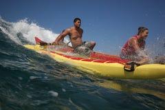 Canoë surfant chez Makaha Photographie stock libre de droits