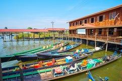Canoës à l'atelier de textile, Inpawkhon, lac Inle, Myanmar photographie stock