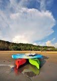 Canoës à la plage image stock