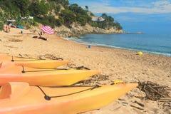 Canoës à la plage images stock