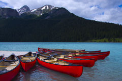 canoës 0range chez Lake Louise Photo libre de droits