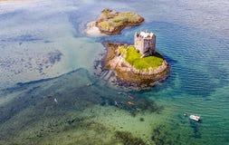 Canoës aériens recueillant autour du rôdeur historique de château dans Argyll photo stock