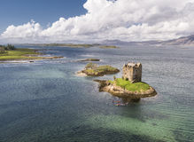 Canoës aériens recueillant autour du rôdeur historique de château dans Argyll images libres de droits