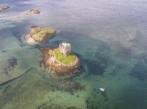 Canoës aériens recueillant autour du rôdeur historique de château dans Argyll photographie stock