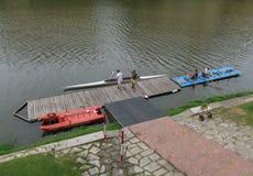 Canoës amarrés à un dock à Florence images stock