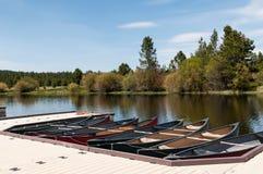Canoës au dock photographie stock