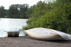 Canoës au lac images stock