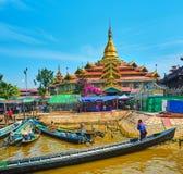 Canoës au vieux temple bouddhiste, lac Inle, Myanmar photographie stock libre de droits
