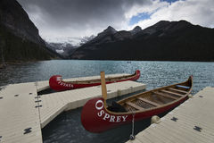 Canoës chez Lake Louise photo stock