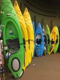 Canoës colorés à vendre au magasin photo libre de droits