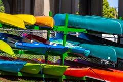 Canoës colorés images libres de droits