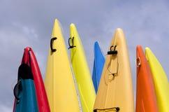 Canoës colorés images stock