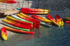 Canoës colorés photo stock