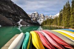 Canoës colorés dans le Canada images libres de droits
