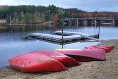 Canoës colorés dans le feuillage d'automne à l'algonquin photo libre de droits