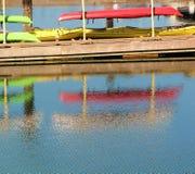 Canoës colorés dans le port photographie stock