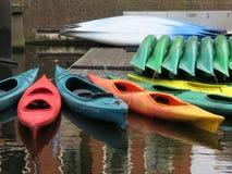 Canoës colorés multi étendant dans un canal à la Haye le Nethterlands photographie stock libre de droits