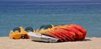 Canoës colorés sur la plage atlantique photos libres de droits