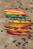 Canoës colorés sur la plage dans Saint Malo, la Bretagne image stock