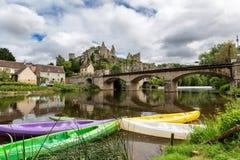 Canoës colorés sur la rivière Anglin aux angles-sur-l'Anglin image libre de droits