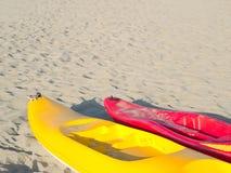Canoës colorés sur une plage sablonneuse légère Image stock