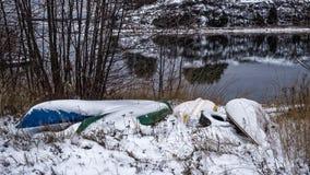 Canoës couverts dans la neige image libre de droits