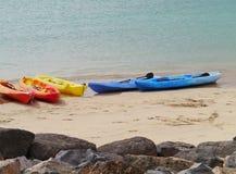 Canoës dans beaucoup de couleurs sur la plage image stock