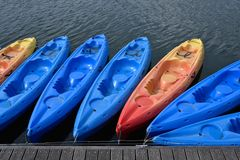 Canoës dans l'eau bleue sur le lac image stock