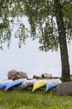 Canoës dans la rangée sous l'arbre Images libres de droits