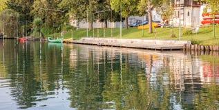 Canoës dans la ville photo stock