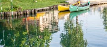 Canoës dans la ville photos stock