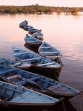 Canoës dans le coucher du soleil   photographie stock