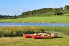 Canoës dans le lac image libre de droits