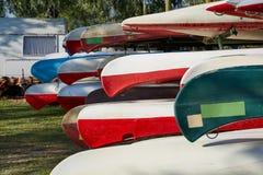 Canoës dans un camp image libre de droits
