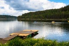 Canoës dans un lac de montagne photographie stock