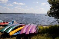 Canoës dans une côte devant un lac photo stock