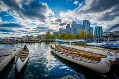 Canoës dans une marina chez le Harbourfront, à Toronto, Ontario images stock