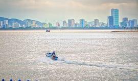 Canoës de bateaux fonctionnant vers le côtier photos stock