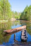 Canoës de Dougout en rivière photo stock