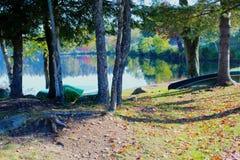 Canoës de lac image libre de droits