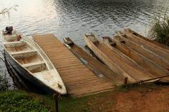 Canoës de pirogue attendant au dock photos stock