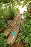 Canoës de pirogue sur Shoreline ougandais image libre de droits