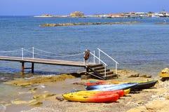 Canoës de plage de Paphos en Chypre photo stock